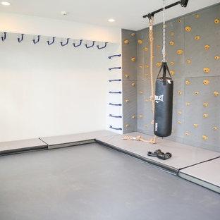Ejemplo de gimnasio minimalista, de tamaño medio, con paredes grises