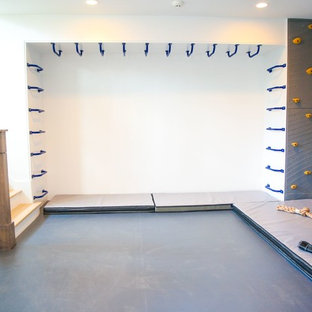 Aménagement d'une salle de sport moderne de taille moyenne avec un mur gris.