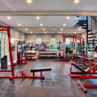 Geräumiger Klassischer Fitnessraum mit grauer Wandfarbe und grauem Boden in Sonstige