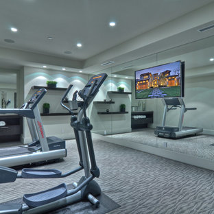 Idée de décoration pour une salle de sport design avec un mur gris et moquette.