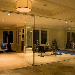 Idee per una sala pesi tradizionale con pareti beige e parquet chiaro