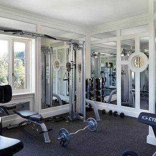 Ispirazione per una sala pesi mediterranea con pareti bianche, pavimento in vinile e pavimento nero