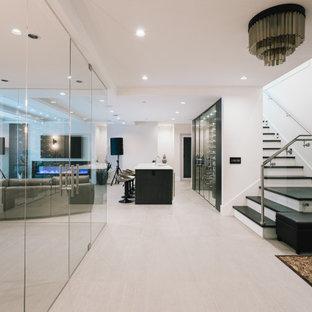 バンクーバーの広いモダンスタイルのおしゃれな多目的ジム (白い壁、セラミックタイルの床、ベージュの床) の写真