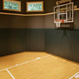 Geräumiger Klassischer Fitnessraum mit Indoor-Sportplatz, grauer Wandfarbe, hellem Holzboden und gelbem Boden in Chicago