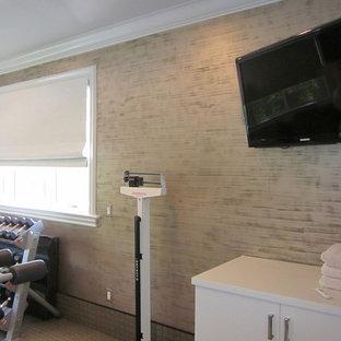 Esempio di una sala pesi design di medie dimensioni con pareti multicolore e moquette