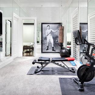 Ispirazione per una grande sala pesi classica con pareti bianche, moquette e pavimento grigio