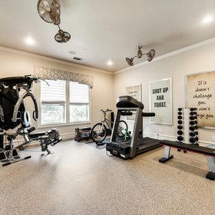 Ispirazione per una sala pesi di medie dimensioni con pareti beige, pavimento in vinile e pavimento beige