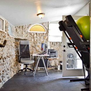 Immagine di una piccola palestra multiuso chic con pareti beige, pavimento in vinile e pavimento nero