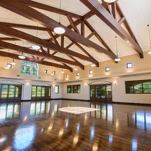 Geräumiger Mediterraner Fitnessraum mit Indoor-Sportplatz in Los Angeles