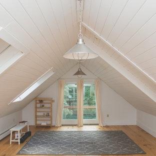 Foto di uno studio yoga minimalista di medie dimensioni con pareti bianche e parquet chiaro