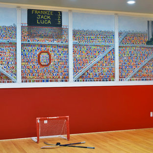 Ispirazione per un campo sportivo coperto classico con parquet chiaro e pareti multicolore