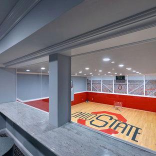 Esempio di un campo sportivo coperto chic con pareti grigie e parquet chiaro