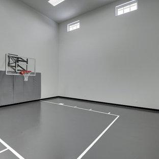 Inspiration pour un grand terrain de sport intérieur traditionnel avec un mur blanc.