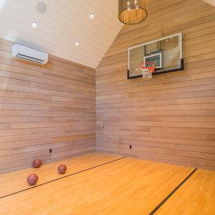 Foto di un campo sportivo coperto classico di medie dimensioni con pavimento in legno massello medio