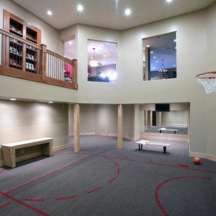 Ispirazione per un ampio campo sportivo coperto chic con pareti grigie e pavimento grigio