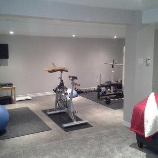 オタワの中くらいのトラディショナルスタイルのおしゃれなトレーニングルーム (グレーの壁、カーペット敷き) の写真