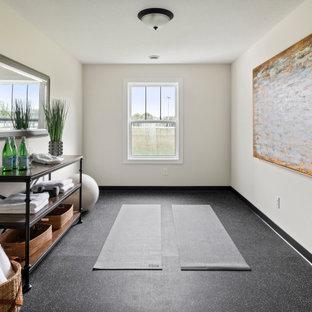 Mittelgroßer Country Yogaraum mit weißer Wandfarbe und schwarzem Boden in Minneapolis