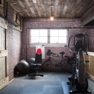 Multifunktionaler, Großer Industrial Fitnessraum mit roter Wandfarbe, Betonboden und grauem Boden in Chicago