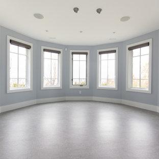 Foto di una grande palestra multiuso minimalista con pareti blu, pavimento in linoleum e pavimento grigio