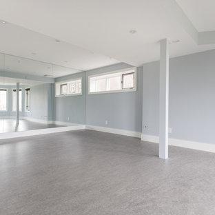 Multifunktionaler, Großer Moderner Fitnessraum mit blauer Wandfarbe, Linoleum und grauem Boden in Calgary