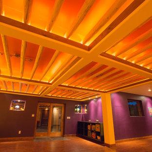 デンバーの広いラスティックスタイルのおしゃれなヨガスタジオ (紫の壁、無垢フローリング、茶色い床) の写真