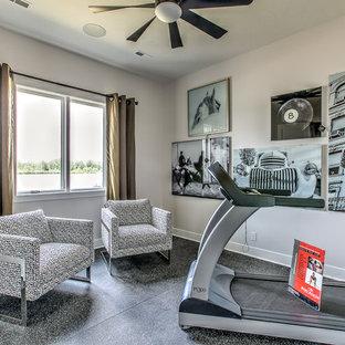 Mittelgroßer Klassischer Fitnessraum mit Linoleum in Omaha