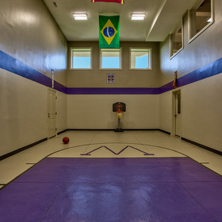 オマハのコンテンポラリースタイルのおしゃれな室内コート (紫の壁、コンクリートの床) の写真