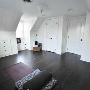 Esempio di uno studio yoga classico di medie dimensioni con pareti bianche, parquet scuro e pavimento marrone