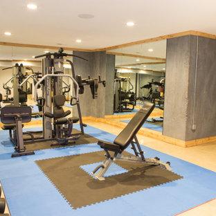 Foto di una sala pesi tradizionale di medie dimensioni con pareti grigie, pavimento in cemento e pavimento beige