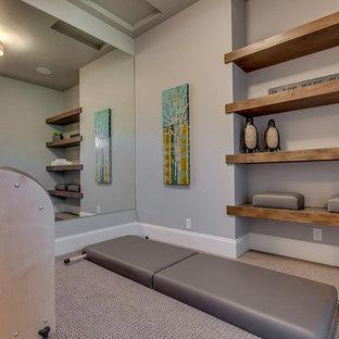 Exempel på ett mellanstort modernt hemmagym med yogastudio, med grå väggar och heltäckningsmatta