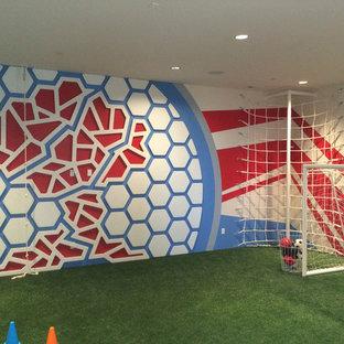 Idee per un grande campo sportivo coperto moderno con pareti multicolore e pavimento verde