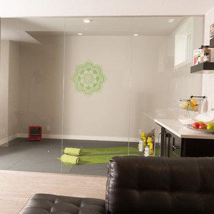 Idées déco pour un studio de yoga moderne de taille moyenne avec un mur gris.