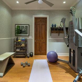 Idee per una piccola sala pesi tradizionale con pareti grigie, pavimento in legno massello medio e pavimento giallo