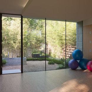 Foto di uno studio yoga minimalista di medie dimensioni con pavimento in sughero, pareti beige e pavimento beige