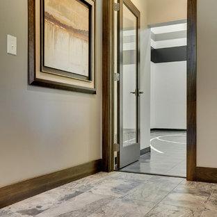 Geräumiger Klassischer Fitnessraum mit Indoor-Sportplatz, grauer Wandfarbe und Vinylboden in Minneapolis