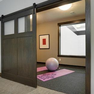Esempio di uno studio yoga tradizionale di medie dimensioni con pareti beige, pavimento in vinile e pavimento nero