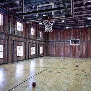 Geräumiger Uriger Fitnessraum mit Indoor-Sportplatz, brauner Wandfarbe und hellem Holzboden in Denver