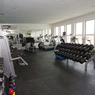 Esempio di una grande sala pesi minimalista con pareti bianche