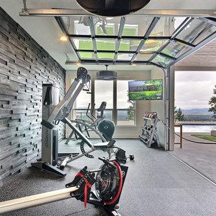 ポートランドの広いカントリー風おしゃれなトレーニングルーム (茶色い壁、マルチカラーの床) の写真