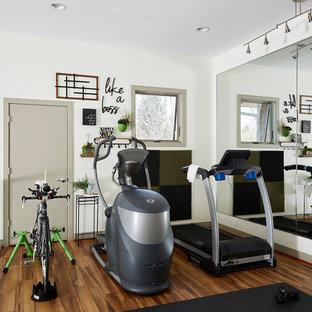 Immagine di una palestra in casa chic di medie dimensioni con pareti bianche e pavimento in legno massello medio