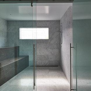Ispirazione per un'ampia palestra in casa minimal con pareti bianche e pavimento in marmo