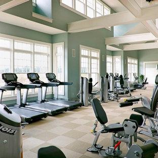Multifunktionaler, Geräumiger Klassischer Fitnessraum mit grüner Wandfarbe und Teppichboden in Boston