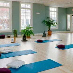 Ispirazione per un ampio studio yoga tradizionale con parquet chiaro e pareti verdi