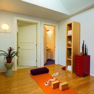 Esempio di uno studio yoga chic con pavimento in bambù