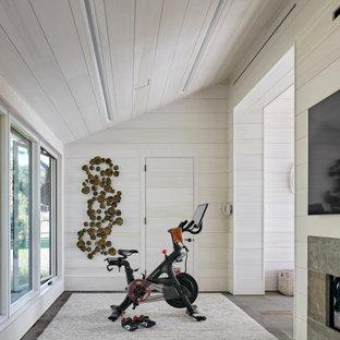 Idee per una palestra in casa country di medie dimensioni con pareti beige e soffitto in legno