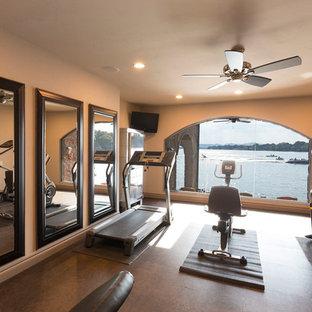 Cette photo montre une salle de sport tendance multi-usage et de taille moyenne avec un mur beige.