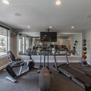 Multifunktionaler, Großer Klassischer Fitnessraum mit grauer Wandfarbe, Vinylboden und grauem Boden in Salt Lake City