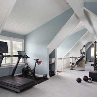 Diseño de gimnasio campestre con paredes azules, moqueta y suelo gris