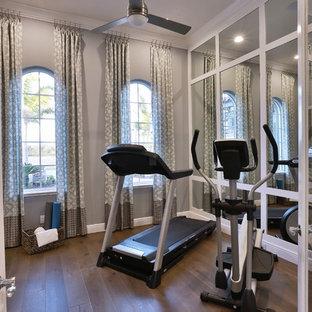 Multifunktionaler, Kleiner Klassischer Fitnessraum mit grauer Wandfarbe, braunem Holzboden und braunem Boden in Tampa