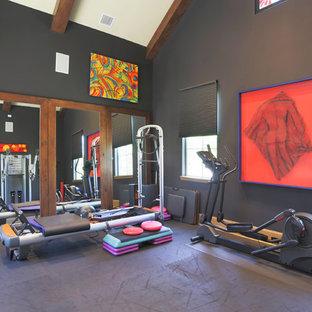 Esempio di una palestra multiuso minimal con pareti nere e pavimento grigio